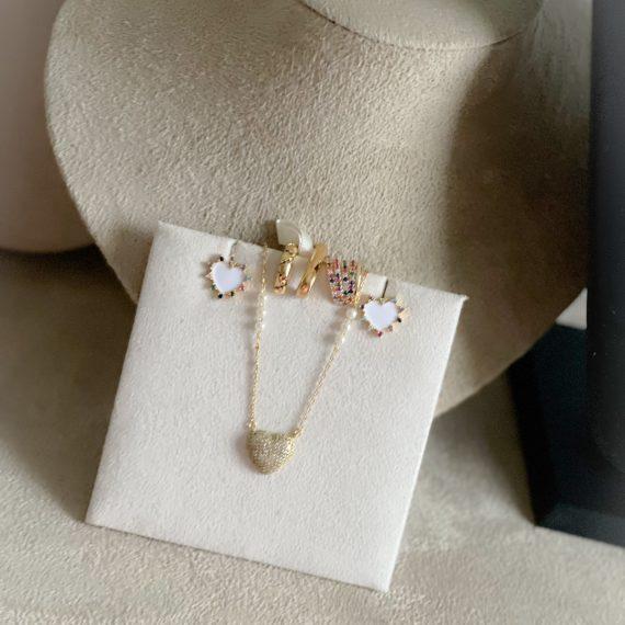 Brinco Coração News Plaquinha Branca Zirconias Coloridas Banhado em Ouro
